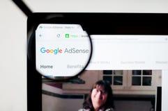 Kiev, Ucrania - 6 de abril de 2019: Homepage de la página web de Adsense Es un programa que permite servir el texto automático, i ilustración del vector