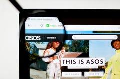 Kiev, Ucrania - 6 de abril de 2019: Homepage de la p?gina web de ASOS Es una tienda brit?nica del comercio electr?nico de la moda imagen de archivo