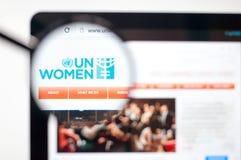 Kiev, Ucrania - 5 de abril de 2019: Homepage de la página web de las mujeres de la O.N.U Logotipo de las mujeres de la O.N.U visi fotos de archivo