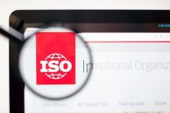 Kiev, Ucrania - 5 de abril de 2019: ISO - homepage de la página web del International Organization for Standardization ISO - Inte fotos de archivo libres de regalías