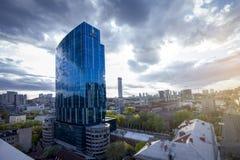 Kiev, Ucrania - 23 de abril de 2018: jefaturas de DTEK, energía, sosteniéndose en la torre de la oficina del edificio 101 Imagen de archivo