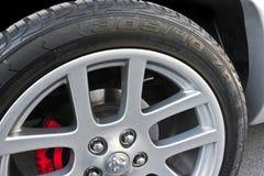 Kiev, Ucrania; 10 de abril de 2015 Neumáticos de coche Primer de la rueda de coche Dodge Ram SRT-10 imagen de archivo libre de regalías