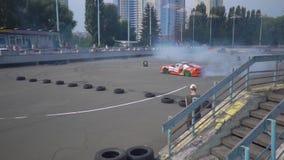 KIEV, Ucrania - 17 de agosto de 2018: Competir con el coche de la demostración de la deriva quema los neumáticos en el asfalto almacen de video