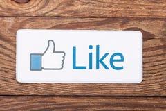 KIEV, UCRANIA - 22 DE AGOSTO DE 2015: Facebook manosea con los dedos encima del papel impreso muestra Es el servicio social bien  Imagenes de archivo