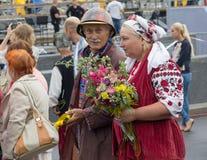 Kiev, Ucrania - 28 de agosto de 2016: Hombre y mujer en trajes tradicionales durante la celebración del 25to aniversario Foto de archivo libre de regalías