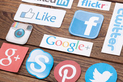 KIEV, UCRANIA - 22 DE AGOSTO DE 2015: La colección de medios logotipos sociales populares imprimió en el papel: Facebook, Twitter Imágenes de archivo libres de regalías