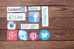 KIEV, UCRANIA - 22 DE AGOSTO DE 2015: La colección de medios logotipos sociales populares imprimió en el papel: Facebook, Twitter Foto de archivo libre de regalías
