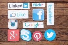 KIEV, UCRANIA - 22 DE AGOSTO DE 2015: La colección de medios logotipos sociales populares imprimió en el papel: Facebook, Twitter Fotografía de archivo libre de regalías