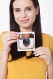 KIEV, UCRANIA - 22 DE AGOSTO DE 2016: La mujer da sostener el papel impreso icono de la cámara del logotipo de Instagram Es un mó Imágenes de archivo libres de regalías