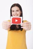 KIEV, UCRANIA - 22 de agosto de 2016: La mujer da sostenerse de papel con el icono del logotipo de YouTube impreso en el papel Yo Fotografía de archivo libre de regalías
