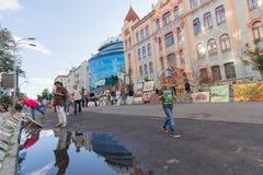 Kiev, Ucrania - 24 de agosto de 2016: Los artistas pusieron las pinturas para la venta y los transeúntes encendido en la calle Imagen de archivo