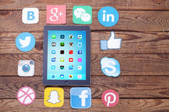 KIEV, UCRANIA - 22 DE AGOSTO DE 2015: Medios iconos sociales famosos por ejemplo: Facebook, Twitter, Blogger, Linkedin, Google má Fotos de archivo libres de regalías