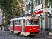 KIEV, UCRANIA - 8 DE AGOSTO DE 2015: Tranvía del T3 de Tatra que espera en su estación terminal del cuadrado de Kontraktova, uno  Foto de archivo libre de regalías