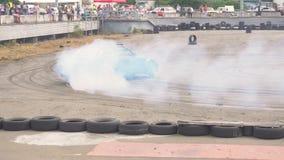 KIEV, Ucrania - 17 de agosto de 2018: El coche de competición de fricción quemó los neumáticos apagado en la raza metrajes