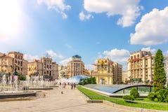 Kiev, Ucrania - 15 de agosto de 2018: Fuentes del cuadrado de la independencia, y edificios y puertas de Lach en verano imagen de archivo