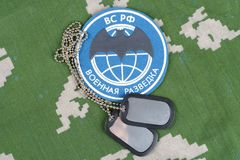 KIEV, UCRANIA - 19 de agosto de 2015 Insignia principal del uniforme de Rusia de la dirección de la inteligencia Fotos de archivo libres de regalías