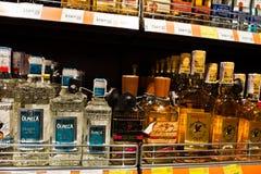 Kiev, Ucrania - 19 de diciembre de 2018: Botellas de sombreros de Olmeca y de Tres en estantes en un supermercado El Tequila de O imágenes de archivo libres de regalías