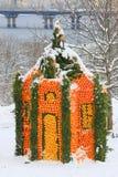 KIEV, Ucrania - 25 de diciembre de 2018 Castillo de la fruta cítrica, construido de millares de naranjas y de limones frescos en  imagen de archivo