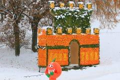KIEV, Ucrania - 25 de diciembre de 2018 Castillo de la fruta cítrica, construido de millares de naranjas y de limones frescos en  imagen de archivo libre de regalías