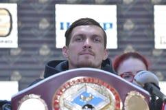 KIEV, UCRANIA - 8 de diciembre de 2015: Rueda de prensa del boxeador de Ucrania Oleksandr Usyk antes de la lucha con Pedro Rodrig Foto de archivo