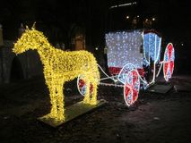 Kiev, Ucrania - 31 de diciembre de 2017: Exposición de un caballo con un carro de luces en el festival de las iluminaciones NeoYe Imágenes de archivo libres de regalías