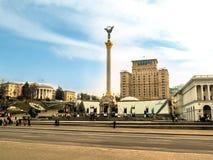 Kiev, Ucrania - 31 de diciembre de 2017: Maidan Nezalezhnosti y el monumento de la independencia de Ucrania en un otoño claro - d Fotos de archivo libres de regalías