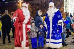 KIEV, Ucrania - 11 de diciembre de 2017: Mercado de la Navidad que ocurre cada año en diciembre en vieja plaza foto de archivo