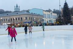 Kiev, Ucrania - 28 de diciembre de 2017: Patín de los adolescentes en una pista de patinaje Fotos de archivo