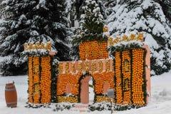 KIEV, Ucrania - 25 de diciembre de 2018 Un castillo de la fruta cítrica construido de millares de naranja y de limones frescos en foto de archivo libre de regalías