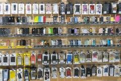 Kiev, Ucrania 15 de enero de 2019 iPhone y cajas coloridos del teléfono de Samsung en venta en tiendas de los teléfonos móviles D fotografía de archivo libre de regalías