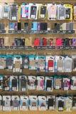 Kiev, Ucrania 15 de enero de 2019 iPhone y cajas coloridos del teléfono de Samsung en venta en tiendas de los teléfonos móviles D fotos de archivo libres de regalías