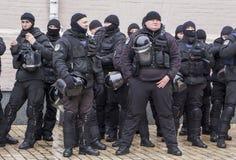 Kiev, Ucrania - 18 de enero: Los policías ucranianos en uniformes negros en el cuadrado de Mikhailovskaya están guardando la orde foto de archivo libre de regalías