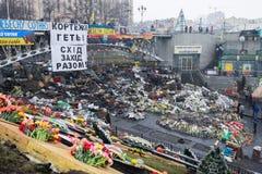KIEV, UCRANIA - 25 de enero de 2014: Protestas antigubernamentales totales en el centro de Kiev Barricadas en la zona del conflic fotos de archivo