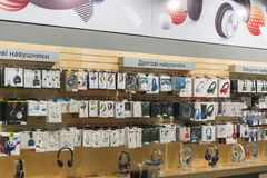 Kiev, Ucrania 15 de enero de 2019 tienda del auricular Auriculares modernos en el soporte en la alameda Diversos auriculares en v foto de archivo libre de regalías