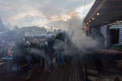 Kiev, Ucrania - 17 de febrero de 2017: Ciudadanos y contador con la comida de la calle Fotos de archivo