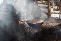 Kiev, Ucrania - 17 de febrero de 2017: Ciudadanos y contador con la comida de la calle Fotografía de archivo libre de regalías