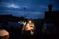 KIEV, UCRANIA - 20 de febrero de 2014: Ambulancias en cuadrado independiente imagen de archivo