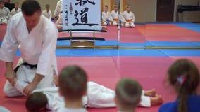 KIEV, UCRANIA - 6 de febrero de 2017: El instructor y el estudiante aprenden el apretón en el Taekwondo