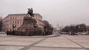 KIEV, UCRANIA - 25 DE FEBRERO DE 2015: Monumento al monasterio de Bogdan Khmelnitsky y de San Miguel almacen de metraje de vídeo
