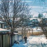 Kiev, Ucrania - 10 de febrero de 2017 viejo hombre solo en una carretera nacional, día, al aire libre Imagen de archivo libre de regalías