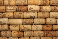 KIEV, UCRANIA - 18 DE FEBRERO: El vino tapa el fondo con corcho editorial con descensos del vino el 18 de febrero de 2017 en Kiev Foto de archivo libre de regalías