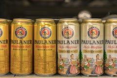 Kiev, Ucrania 22 de julio de 2018 botellas de cerveza de Paulaner en supermercado fotografía de archivo libre de regalías