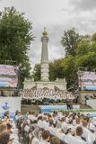 Kiev, Ucrania 22 de julio de 2018 el coro cristiano de hombres jovenes y las muchachas en el parque cantan canciones cristianas y fotografía de archivo