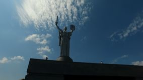 Kiev, Ucrania 18 de julio de 2018: Monumento de la patria de la madre - parte del museo de la gran guerra patriótica en Kiev, Ucr almacen de video