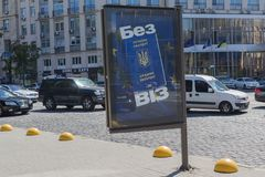 Kiev, Ucrania - 21 de junio de 2017: Bandera con la imagen del pasaporte ucraniano y el ` de la inscripción sin ` de las visas fotografía de archivo