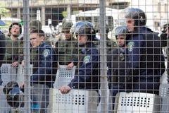 Kiev, Ucrania - 12 de junio de 2016: Cordón de la policía revestida en armadura Imagen de archivo