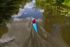 Kiev, Ucrania - 12 de junio de 2016: Hombre en el entrenamiento del río en kayaking Fotografía de archivo libre de regalías