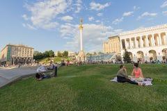 Kiev, Ucrania - 19 de junio de 2016: Los ciudadanos tienen un resto en el césped Foto de archivo libre de regalías