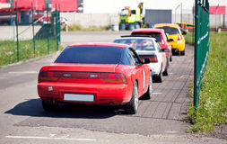 KIEV, UCRANIA - 20 DE JUNIO DE 2014: Los coches de deportes están esperando la raza en un comienzo Motor Speedway la gaviota Fotografía de archivo
