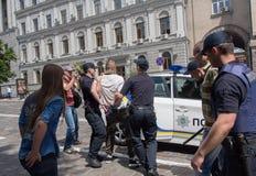 Kiev, Ucrania - 12 de junio de 2016: Los oficiales de policía detienen a los participantes de la juventud de los grupos radicales Fotografía de archivo libre de regalías